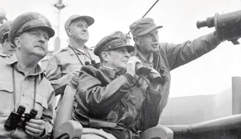 인천상륙작전을 지휘하는 맥아더